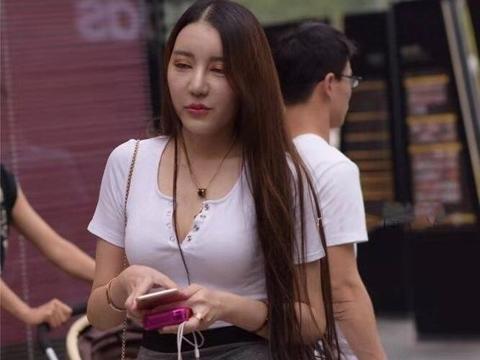 普通的T恤搭配包臀裙美女,只因一双美腿效果,性感非凡
