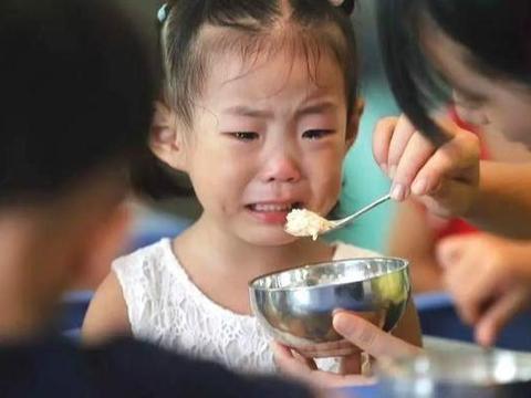 4岁女孩吃饱后睡了一觉,却一睡不起再没醒来,医生:家长太无知
