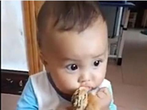 宝宝想吃鸡,外婆还没准备,孩子先吃上了
