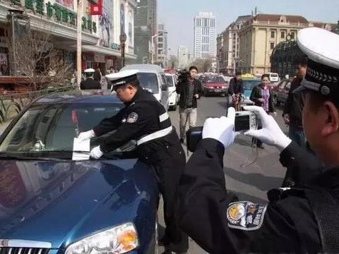 如果看到交警正给你的车拍照 这样做让你免受惩罚