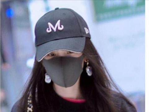 从杨幂最近的照片来看,她戴的耳环越来越大个