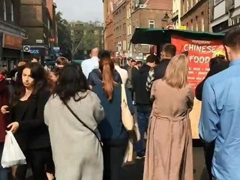中国盒饭在伦敦受欢迎,老外排长队购买,网友:在国内早关门了