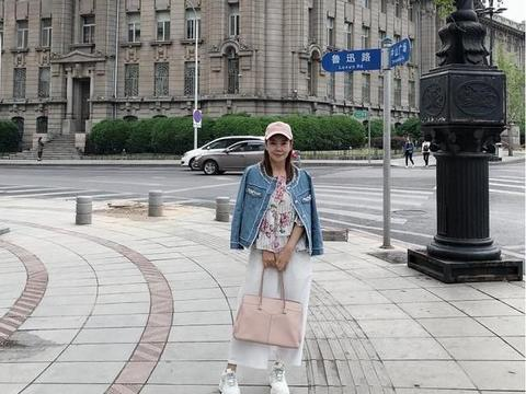 辛晓琪的旅游造型好嫩,短款外套配阔腿裤时髦又减龄,哪有57岁