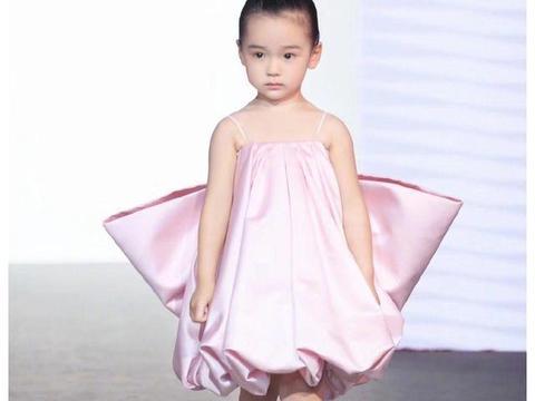 董璇女儿时装周走秀,3岁就成穿衣模版,这长相是小天使吧
