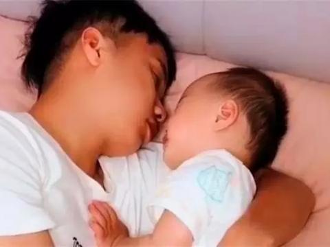 """宝爸抱着女儿午睡,身后儿子""""看透一切"""",网友:儿子充话费送的"""