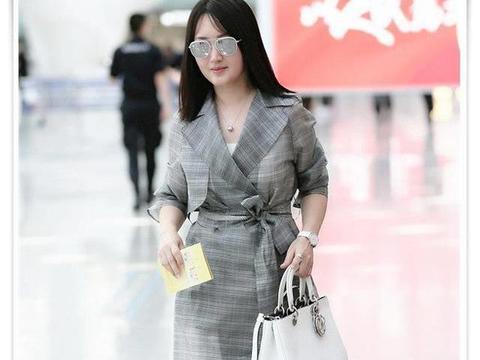 48岁杨钰莹和47岁陶虹,两人同现机场,网友:不相信只差一岁