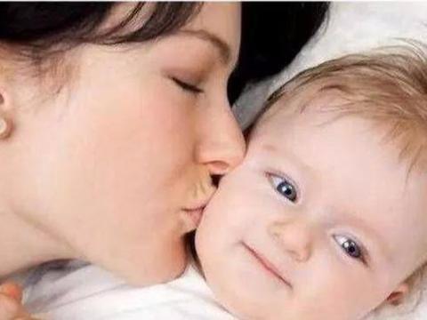 6个月的宝宝会做一些动作,说明发育良好,宝妈应该开心