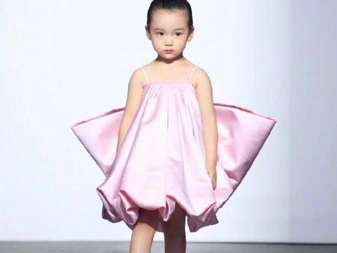 """董璇3岁女儿时装周走秀,大眼睛超可爱,却被质疑""""带娃捞钱"""""""