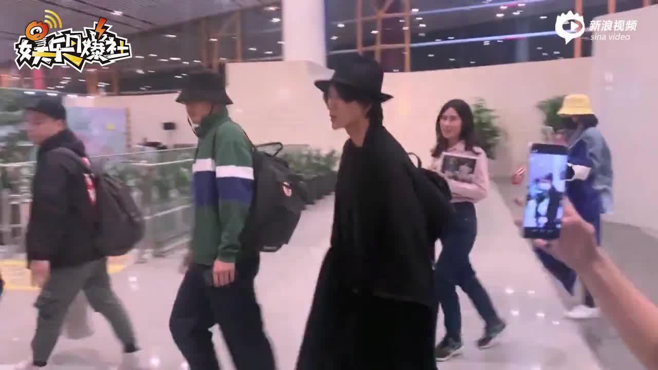 视频:陈坤一身黑帅气现身 外套式披肩求同款