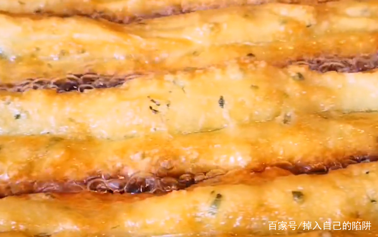 松软又酥脆的油条的做法,几分钟搞定全家人早餐,吃一口比肉还香