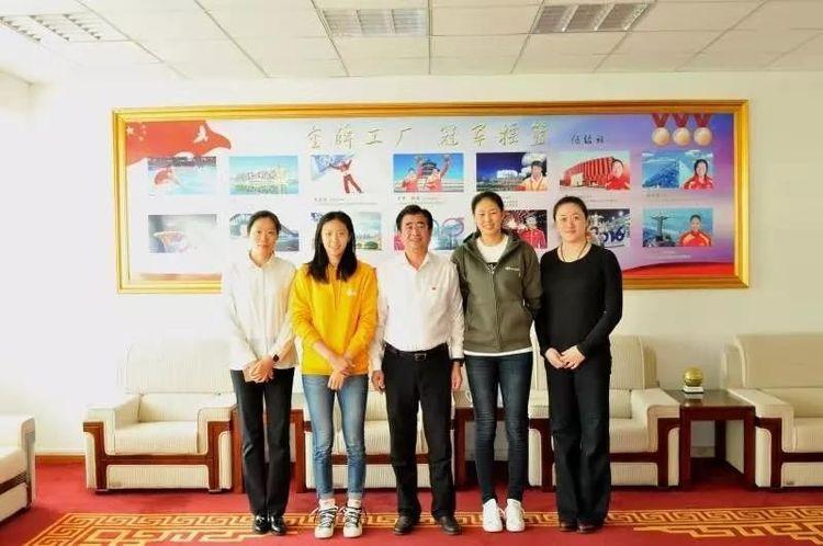 颜妮丁霞获得沈阳市领导接见!和刘亚男张越红合影,她坐姿有修养