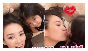 章子怡晒与女儿合照 向女儿嘟嘴献吻母爱泛滥