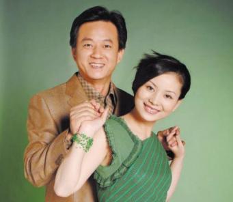 55岁朱军发福明显,穿着朴素满脸皱纹,与49岁老婆似两代人