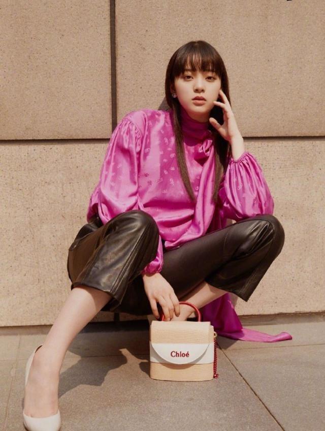 欧阳娜娜穿玫红色衬衣拍摄写真 留齐刘海展轻熟魅力