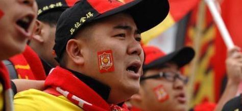 8年前陕西球迷万人唱队歌挽留,如今人和要降级,北京球迷笑嘻