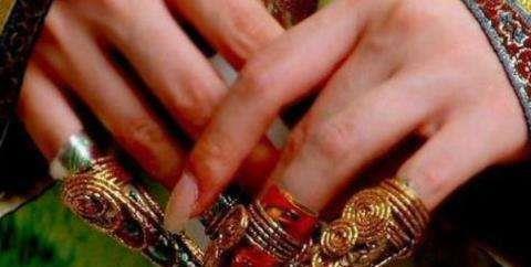 清朝妃子手上戴的尖尖手指套,真是只是为了漂亮吗?