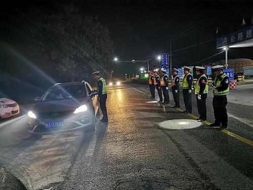 """""""除隐患、防事故、保平安""""一小时内, 民警连查两起酒后驾驶"""