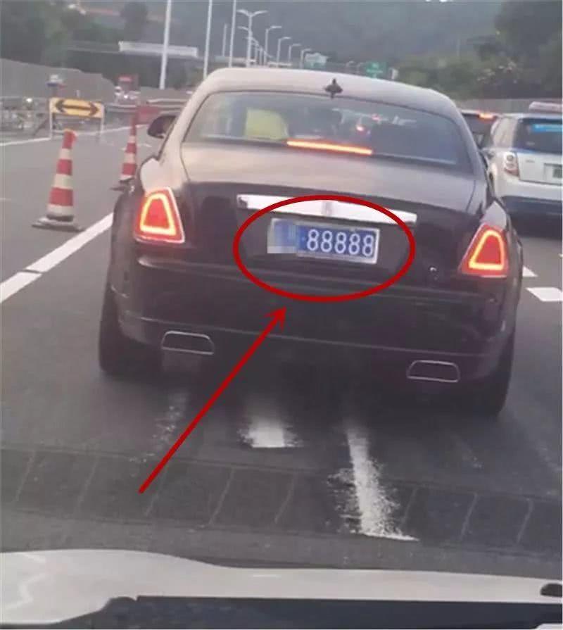 """广东偶遇挂""""88888""""车牌的劳斯莱斯,车牌价值比豪车还高!"""