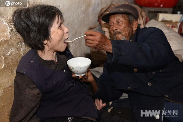 感动!老汉20元彩礼娶回瘫痪妻子 用汤匙喂养46年
