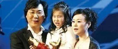 廖昌永携女儿演绎世界名曲《雪绒花》,妻子一旁钢琴伴奏,一家三口其乐融融!