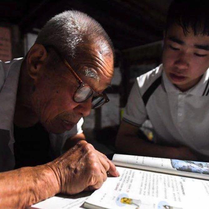 感动!92岁的退休老教师免费办补习班22年 | 暖闻