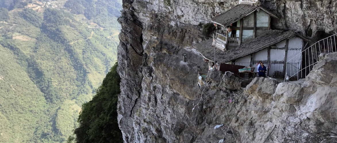 仁怀茅坝悬崖绝壁上,有座百年老楼