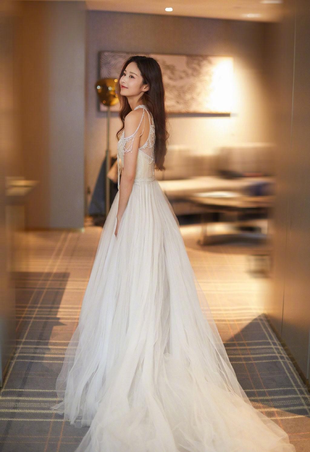 颖儿出席活动,一袭珍珠流苏白纱裙配披肩长发,美得像待嫁新娘