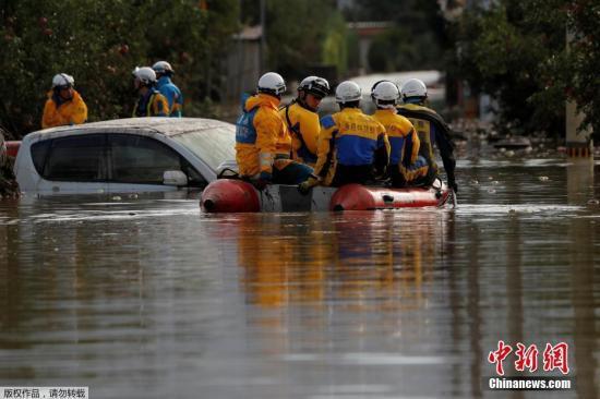 """本地工夫10月14日,台风""""海贝思""""形成日本少家县大水众多,本地告急展开救济动作。图为救济职员乘皮筏搜索被困职员。"""