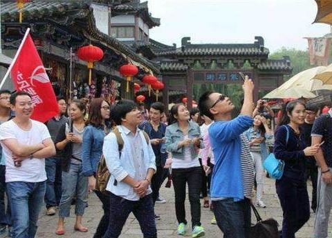 大量游客被旅行社坑,导游强制游客做这些事,千万别被骗了!