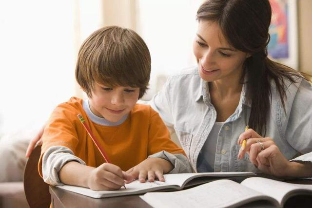 """考好就给奖励?家长的""""功利教育"""",会让孩子陷入""""德西效应"""""""