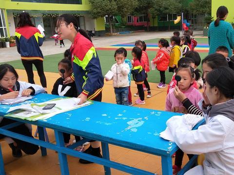 南阳市姜营小学免费为学生检测视力