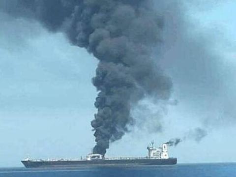 中东海域油轮被导弹击中爆炸,美国火速增兵中东,俄:来者不善