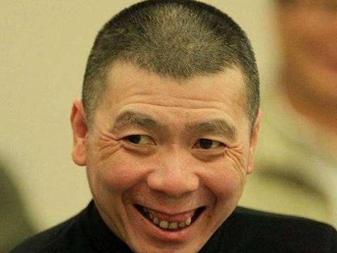 """冯小刚机场遭人跟拍,他与粉丝互""""怼"""",形象全无,引网友热议"""