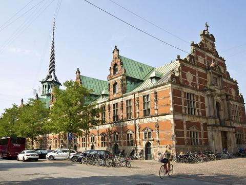 这座文艺复兴风格的建筑,是世界上最古老又仍在使用的证券交易所