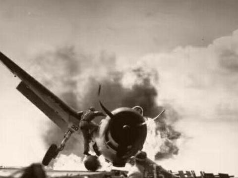 日军飞行员训练被毒打,一怒驾机撞向指挥基地,爆炸吞噬30余人