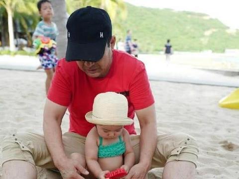 杨幂的爸爸晒与董璇女儿小酒窝玩耍照片,网友呼吁晒小糯米