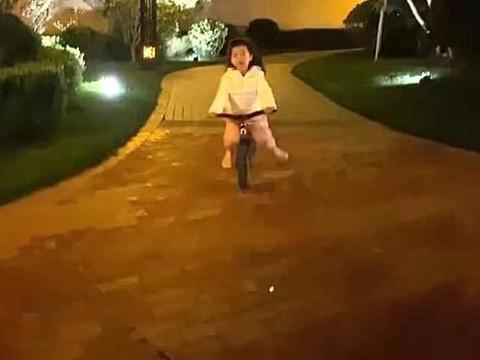 章子怡时隔四个月再晒娃,醒宝变身酷宝宝,骑车快到飞起来了
