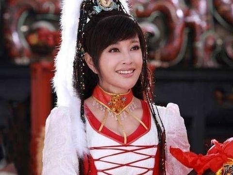 64岁刘晓庆人老心不老,穿超短裤秀长腿,自信笑容堪比少女