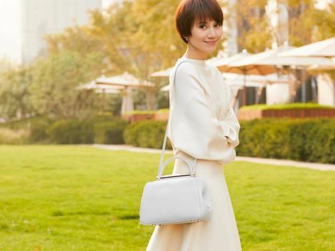 42岁袁泉真是穿搭典范,纯色套装裙气质出众,连体裤低调更迷人