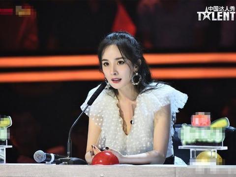 杨幂穿白花纱裙亮相达人秀,造型仙气少女感足,她已拿下5个综艺