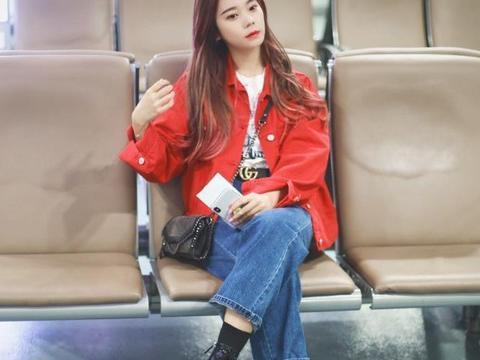 张紫宁现身机场,穿大红色外套配牛仔直筒裤,长发披肩美成焦点