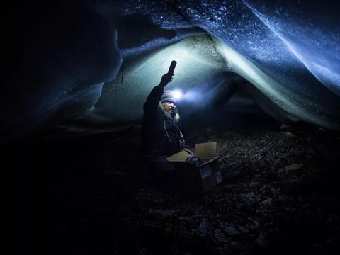 北极冰海潮汐下的冒险,钻进冰洞采贻贝的因纽特人!