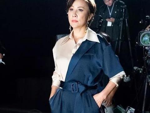 53岁刘嘉玲现身时装周,穿拼色连体裤霸气优雅,高清镜头颈纹明显