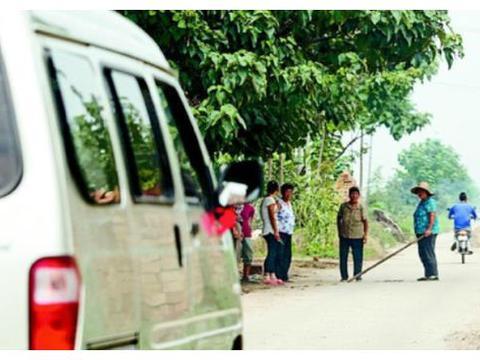 村民集资修的路,不让没交钱的人通行,这样做真的对吗