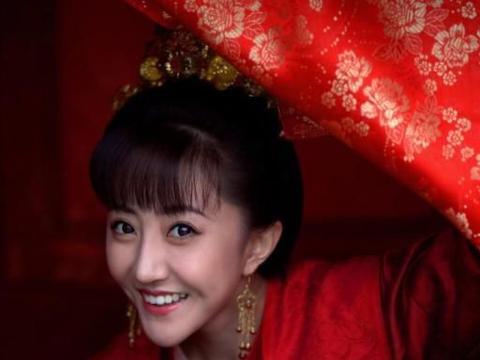 美女长得像皇后长孙氏,身材高挑,大眼睛,容貌端庄很有古典美