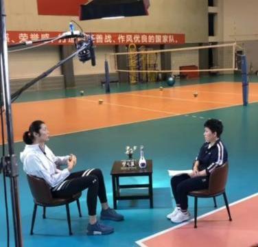 43厘米!朱婷邓亚萍现最萌身高差,奥运冠军变小孩,合影太残忍了