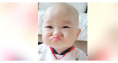 妈妈给宝宝吃了柠檬,立马把小宝贝酸到了,萌娃反应太好笑了