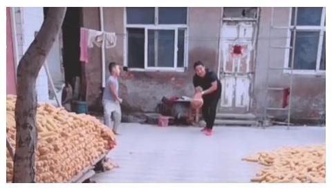 """奶爸带娃打""""农式保龄球""""火了,农家自有农家乐,祥云之下是祥和"""