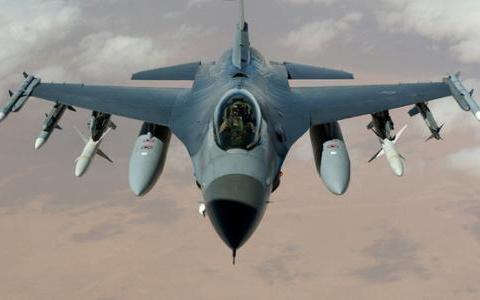 美军又一架F16战机坠毁,落入德国无人区,飞行员安全逃生