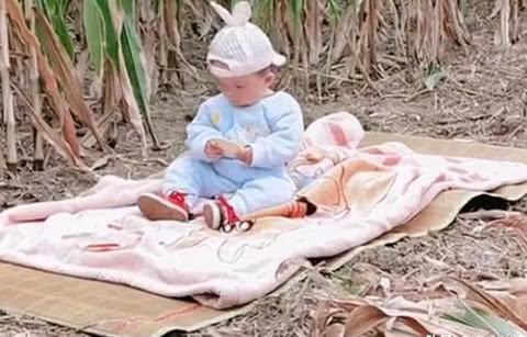 一组妈妈带娃干农活的偷拍照火了,网友:当妈后,没有什么做不到